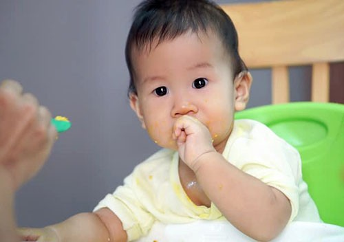 trẻ 1 tuổi biếng ăn