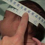 đo chu vi vòng đầu cho trẻ sơ sinh